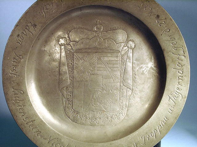 DATED 1690 PEWTER BIRTH PLATE FAMILY CREST NICE