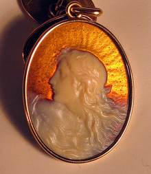 RENE LALIQUE 18K GOLD GLASS PENDANT ART NOUVEAU WOMAN