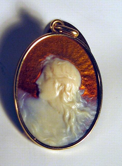 RENE LALIQUE 18K GOLD GLASS PENDANT ART NOUVEAU WOMAN