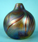 UNUSUAL QUEZAL SIGNED HOOKED VASE LIGHT IRIDESCENCE