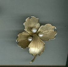 Vintage  Lisner Flower Pin