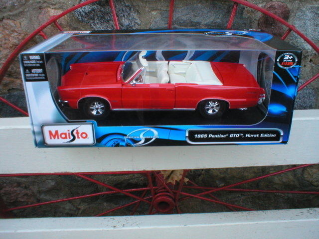 1965 RED PONTIAC GTO CONVERTIBLE MAISTO 1:18 DIECAST CAR