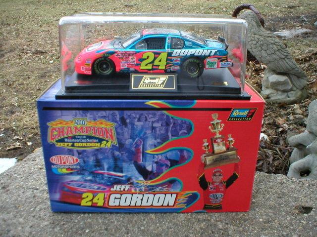 JEFF GORDON 1:24 DUPONT 2001 REVELL CHAMPIONSHIP DIECAST CAR