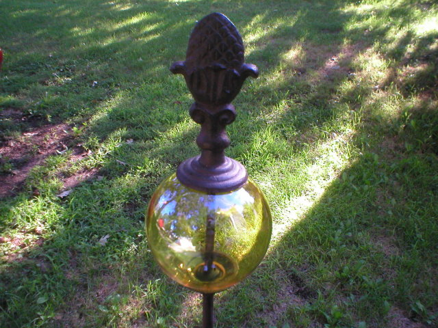 GARDEN STAKE WITH DECORATIVE LEMON YELLOW GLASS BALL Y