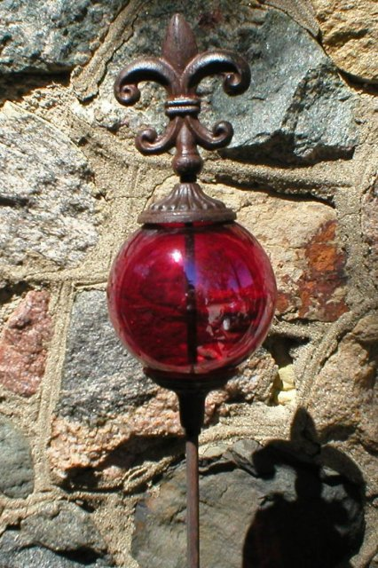 FLEUR-DE-LIS GARDEN STAKE WITH DECORATIVE RED CARNIVAL GLASS BALL R