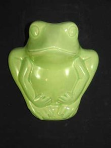 GREEN PORCELAIN FROG WALL POCKET P