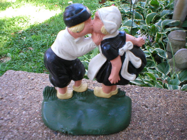 CAST IRON BOY GIRL KISSING DOORSTOP G