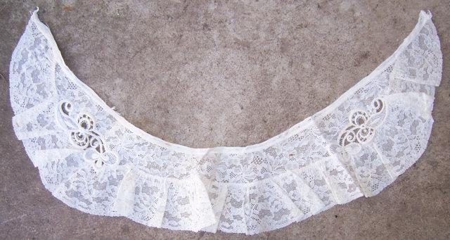 Antique Ecru Lace Collar With Ruffles