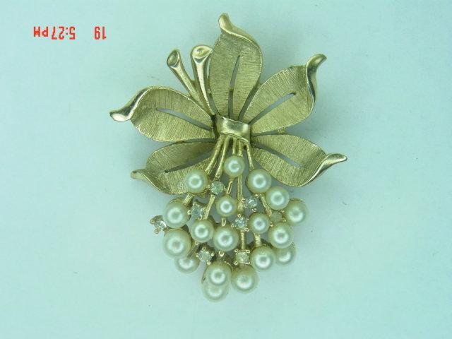 Trifari Goldtone Imitation Pearl & Rhinestone Posy Brooch Pin