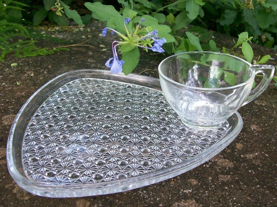 A. Hocking Triangle 8 Pc Glass Snack Set Daisy & Button Clear 1960s