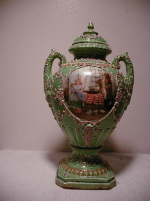 MORIAGA COVERED URN W/ GEORGE WASHINGTON AND BETSY ROSS