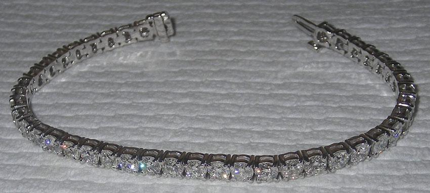 Sparkling Round brilliant diamonds 11 carat tennis bracelet Solid 18K gold white