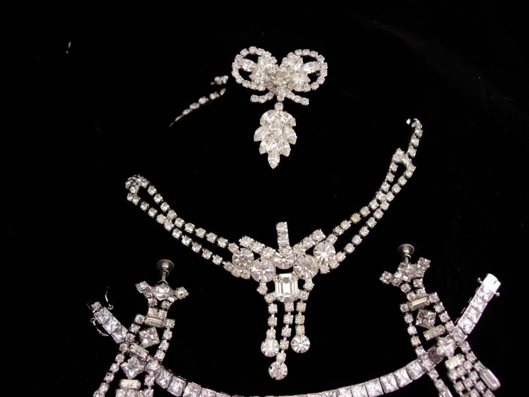 Stunning  Parure / vintage Necklace / Rhinestone bracelet / chandelier earrings / Vintage costume jewelry /rhinestone bow brooch
