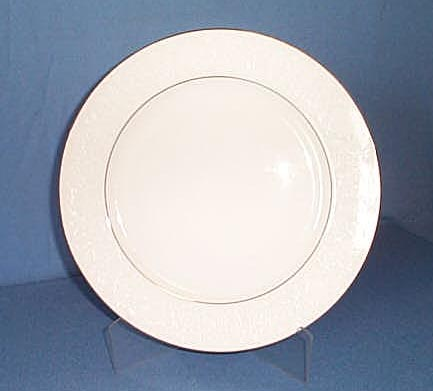 Crown Victoria Lovelace dinner plate