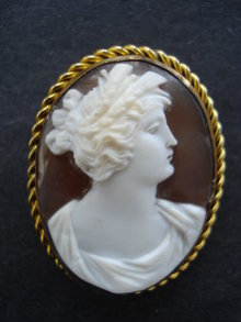 MUSEUM QUALITY ANTIQUE CAMEO BROOCH