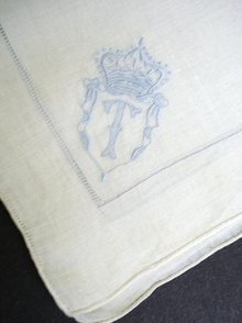 VINTAGE EMBROIDERED HANKIE MONOGRAM *T*