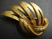 40's SIGNED CORO LARGE GOLD TONE BROOCH