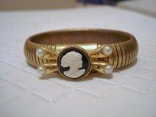 30's GOLD TONE STRETCHY CAMEO BRACELET