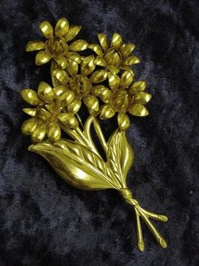 LARGE ANTIQUE GOLD TONE FLORAL BROOCH