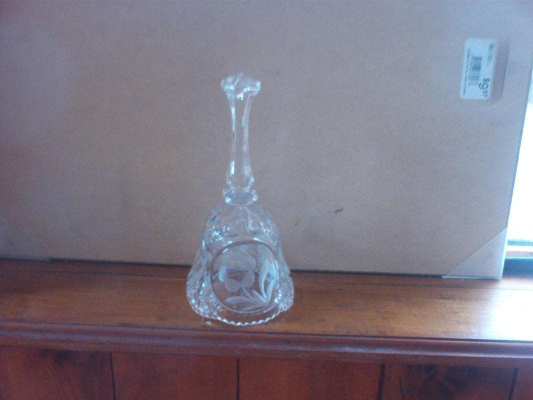 Lead crystal bell with flower
