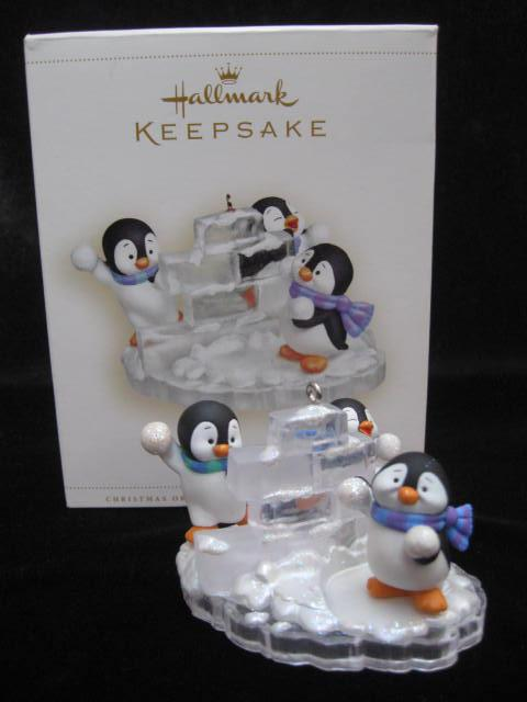 Hallmark 2006 SNOW FORT FUN Penguins Magic Motion Christmas Tree Ornament