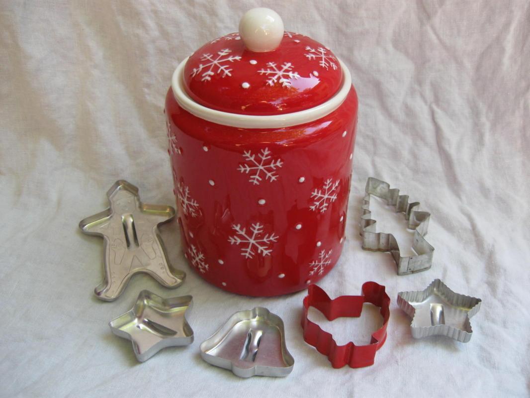 Hallmark 2011 Snowmen Christmas Winter Cookie Jar + Cookie Cutters Bonus