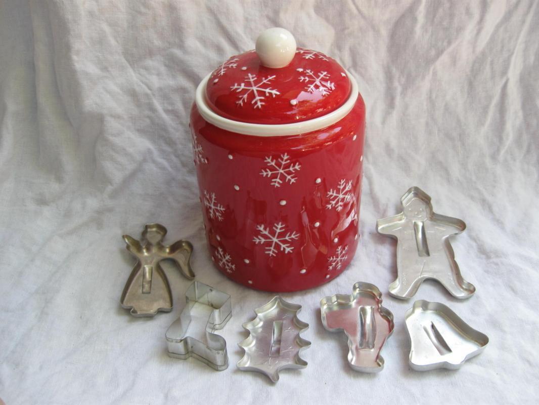 Hallmark 2011 Snowmen Winter Christmas Cookie Jar + Cookie Cutters Bonus