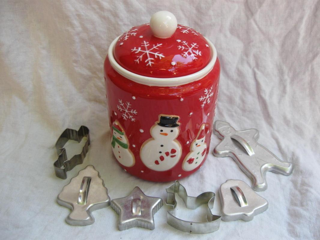 Hallmark 2011 Snowmen Winter Or Christmas Cookie Jar + Cookie Cutters Bonus
