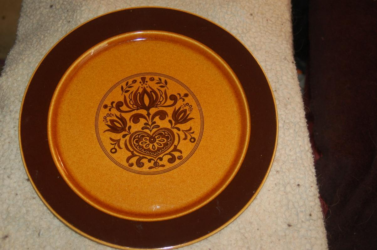 AWESOME DECORATED BROWN CERAMIC CHARGER!