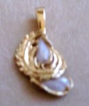 A Ladys beautiful Natural Pearl Pendant wrapped in 14K Yellow  Gold Leafs
