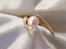 Ladys 14k Yellow Gold and Pearl Ring