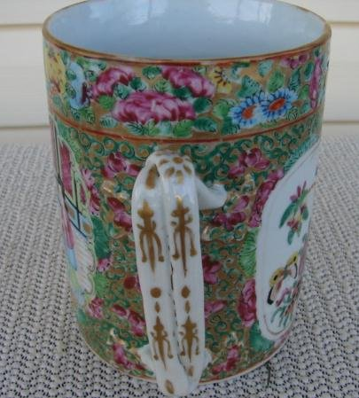 C. 1820 CHINESE EXPORT ROSE MEDALLION MUG