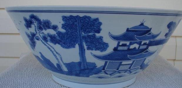 MID 20TH. CENTURY BLUE CANTON BOWL