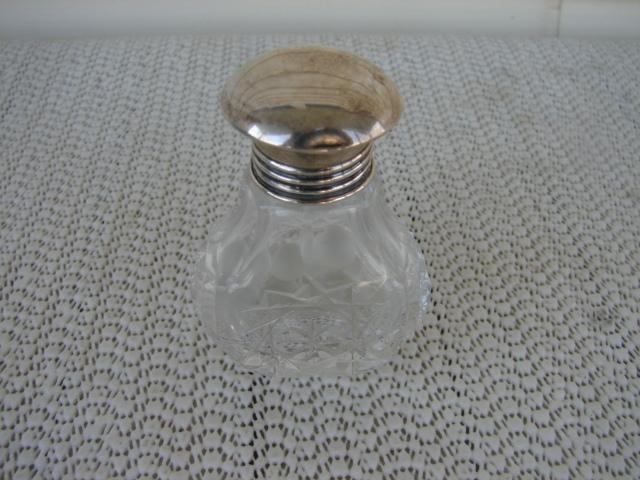 C. 1920 SMELLING SALTS BOTTLE W/STERLING TOP
