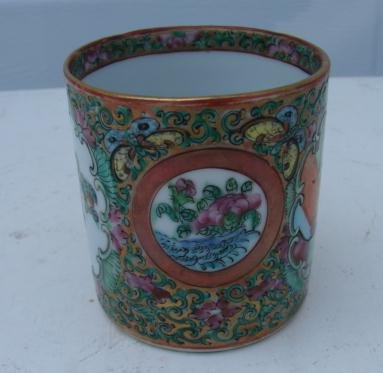 C. 1840 CHINESE EXPORT ROSE MEDALLION MUG