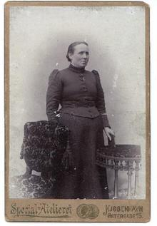 VICTORIAN WOMAN WITH NICE VICTORIAN FURNITURE