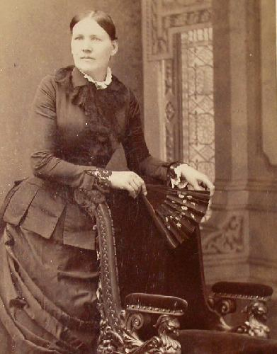 CABINET PHOTO OF VICTORIAN WOMAN HOLDING A FAN
