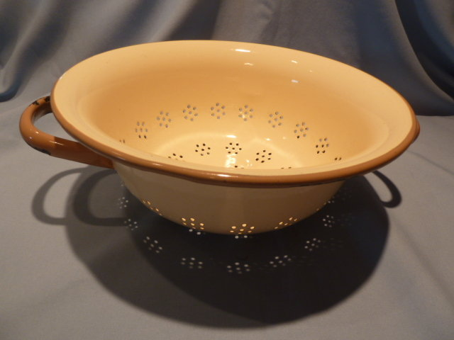 VINTAGE EUROPEAN GRANITEWARE ENAMELWARE ENAMEL GRANITE TAN AND TAUPE COLLANDER STRAINER