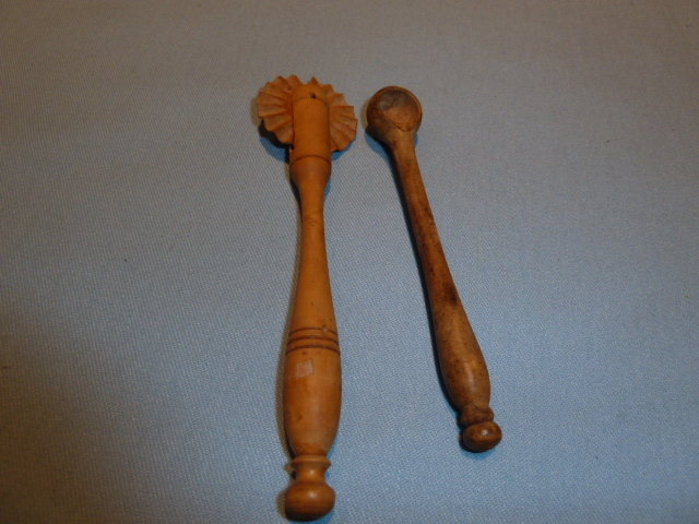 VINTAGE ALL WOOD PIE CRIMPER AND MEASURING SPOON