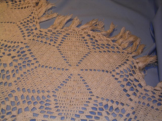 VINTAGE HAND CROCHETED  ECRU STAR KNOT FRINGED COVERLET