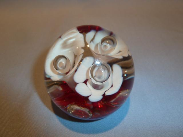 VINTAGE SMALL GLASS  RED AND WHITE FLOWER BUBBLE GLASS PAPERWEIGHT