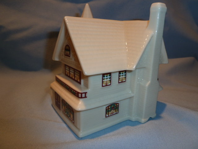 LENOX CHINA HOLIDAY VILLAGE COLLECTION   WALTER SCOTT LENOX HOUSE MADE TO LIGHT UP
