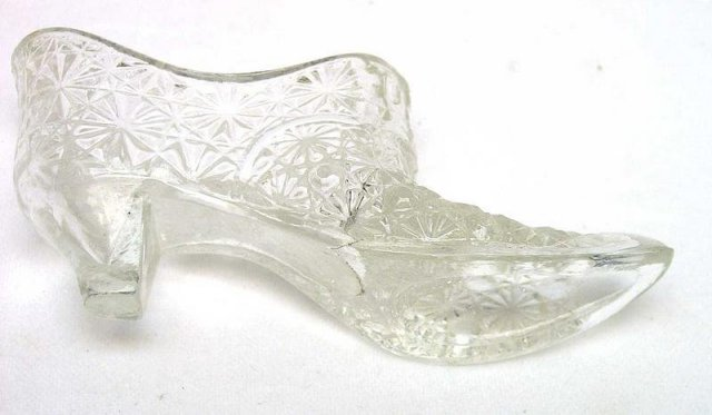 L E Smith Daisy and Button Crystal Glass Shoe