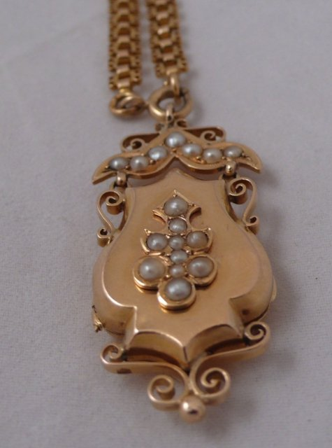 18 Ct. gold & pearls French Satoir with chain