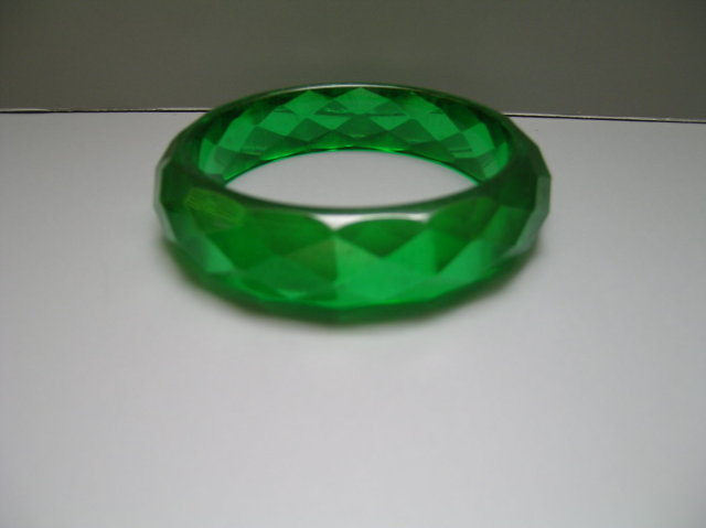 Bakelite Vintage Emerald Green Diamond Cut Bangle
