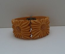Bakelite Hinged Vintage Daisy Bangle