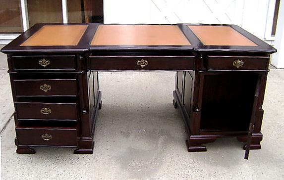 Important Victorian style Desk leather & mahogany
