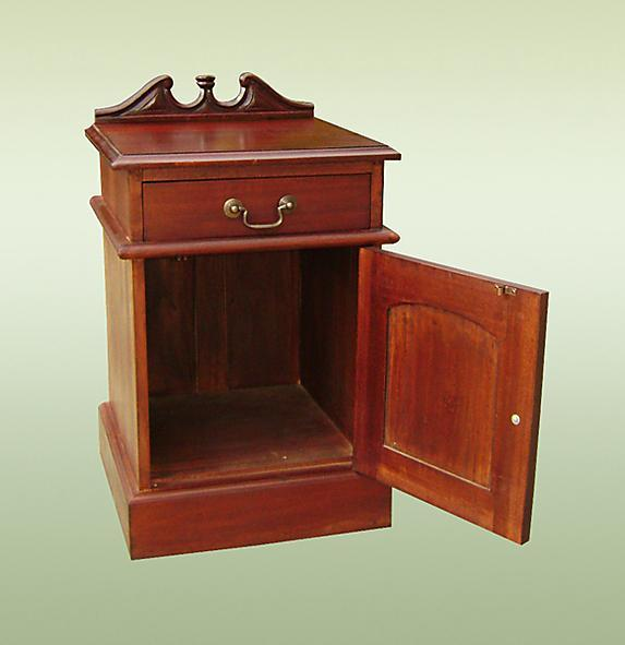 Elegant Colonial Solid Mahogany bedside / commode