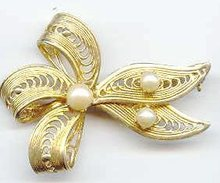 SALE Vintage Pin with cultured Pearls