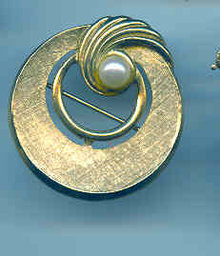 Circle pin with cultured Pearl